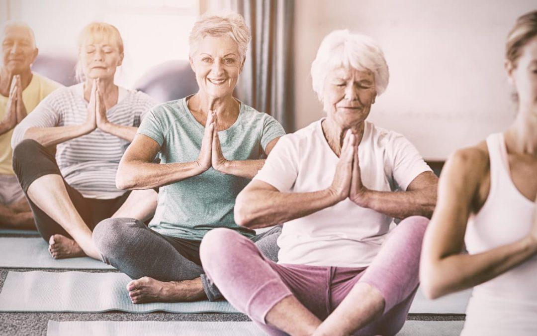 5 postures de yoga pour senior
