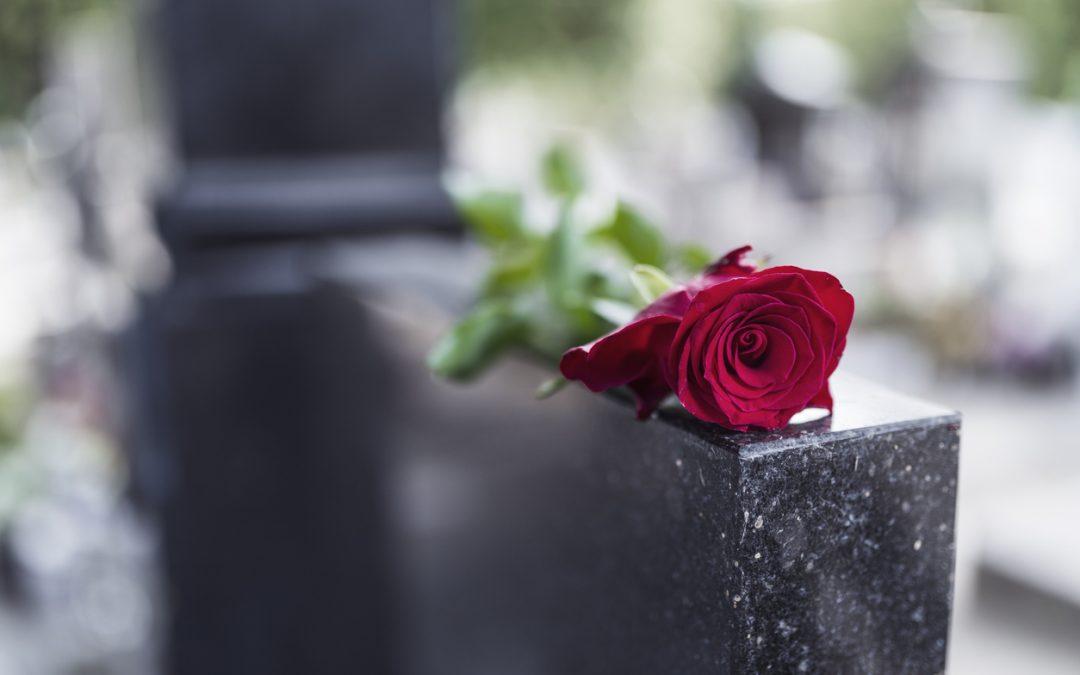 Choisir une plaque funéraire : modernité et design pour rendre un dernier hommage